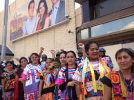 Protesta de maestras de la CNTE frente a Televisa, 2013.