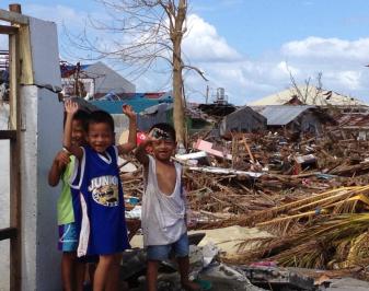 Niños daminificados por el tifón Haiyán, Filipinas, 2013.
