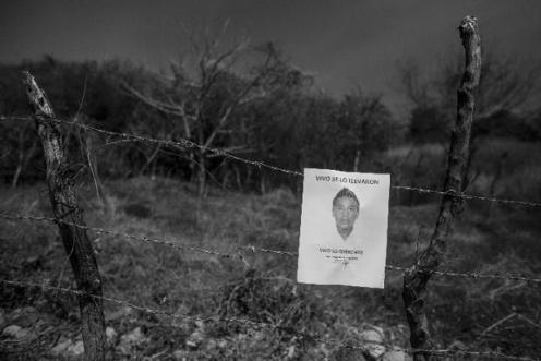 Buscarte. Rastros de la búsqueda por cerros, caminos que andan familiares de Ayotzinapa. Guerrero. 2015. Foto: Miguel Tovar