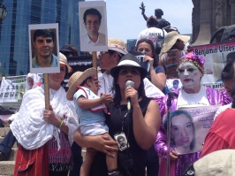 Alba Santiago, de H.I.J.O.S., en la IV Marcha Nacional de la Dignidad, madres de desaparecidos buscando a sus hijos y exigiendo justicia. Ciudad de México, 10 de mayo de 2015.