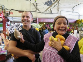 Pini, músico de Los Caligaris, y Tere, vendedora de frutas, en el mercado de Coyoacán. 2015.