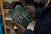 Los zapatos de Camilo en el proyecto Huellas de la Memoria, del escultor Alfredo López Casanova. México, marzo de 2016. Foto: Miguel Tovar