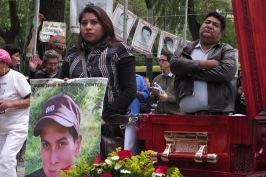 Marissa Mendoza sostiene foto de su esposo, el normalista Julio César Mondragón Fontes, asesinado en Iguala. Detrás, el tío del estudiante. México, 26 de enero de 2016.
