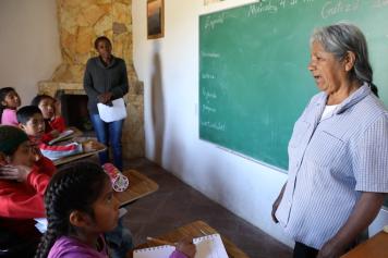Maestras de castellano y zapoteco. Escuela autónoma en Lachatao, sierra de Juárez, Oaxaca.